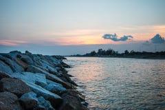 Spiaggia a tempo di tramonto Fotografia Stock