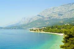 Spiaggia tipica di Makarska riviera nel Croatia fotografia stock