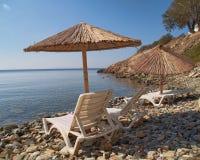 Spiaggia tranquilla con gli ombrelli e le presidenze Immagine Stock Libera da Diritti
