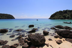 Spiaggia tranquilla il giorno soleggiato Immagine Stock