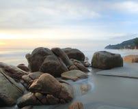 Spiaggia tropicale ad alba Immagine Stock Libera da Diritti