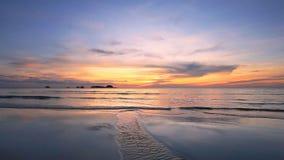 Spiaggia tropicale al bello tramonto stock footage