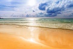 Spiaggia tropicale al tramonto. Fotografia Stock