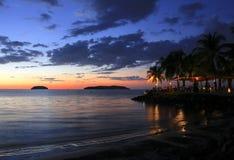 Spiaggia tropicale al tramonto fotografia stock libera da diritti
