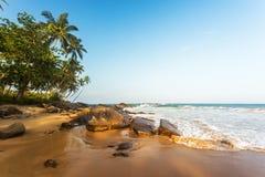 Spiaggia tropicale al tramonto, paesaggio romantico Fotografia Stock Libera da Diritti