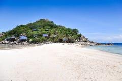 Spiaggia tropicale, barche del longtail, mare delle Andamane, Tailandia Fotografia Stock