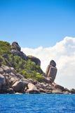 Spiaggia tropicale, barche del longtail, mare delle Andamane, Tailandia Immagini Stock