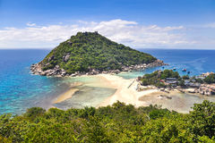 Spiaggia tropicale, barche del longtail, mare delle Andamane, Tailandia Immagine Stock