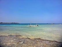Spiaggia tropicale con acqua blu azzurrata ed il peschereccio Fotografia Stock