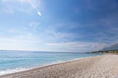 Spiaggia tropicale con i ciottoli bianchi in Albania Mare ionico immagine stock