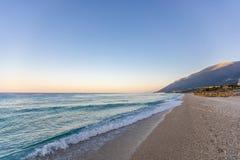 Spiaggia tropicale con i ciottoli bianchi in Albania Mare ionico fotografia stock libera da diritti