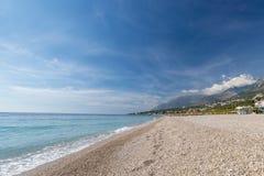 Spiaggia tropicale con i ciottoli bianchi in Albania Mare ionico fotografie stock