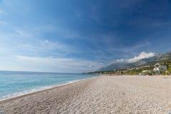 Spiaggia tropicale con i ciottoli bianchi in Albania Mare ionico immagini stock libere da diritti