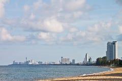Spiaggia tropicale con i condomini di lusso fotografia stock libera da diritti