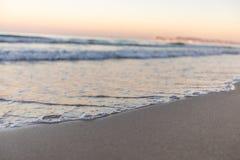 Spiaggia tropicale con l'assicella bianca in Albania Mare ionico fotografia stock
