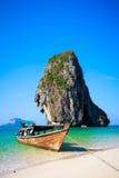 Spiaggia tropicale con la barca Fotografie Stock