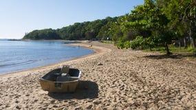Spiaggia tropicale con la barca in priorità alta Fotografia Stock