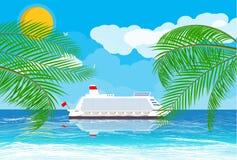 Spiaggia tropicale con la nave da crociera Fotografia Stock Libera da Diritti