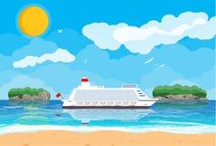 Spiaggia tropicale con la nave da crociera Immagine Stock Libera da Diritti