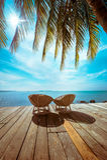 Spiaggia tropicale con la palma e le sedie Immagini Stock Libere da Diritti
