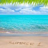 Spiaggia tropicale con la parola di estate scritta in sabbia Fotografia Stock Libera da Diritti