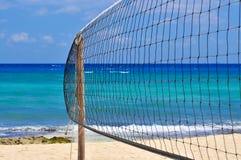 Spiaggia tropicale con la rete di pallavolo Immagine Stock