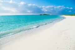 Spiaggia tropicale con la sabbia bianca, Maldive Fotografia Stock Libera da Diritti