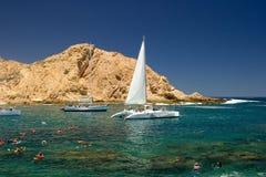 Spiaggia tropicale con le barche a vela fotografia stock