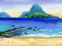 Spiaggia tropicale con le isole sull'orizzonte Immagini Stock Libere da Diritti