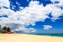 Spiaggia tropicale con le nuvole fotografie stock libere da diritti