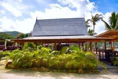Spiaggia tropicale con le palme della noce di cocco e della casa Fotografia Stock Libera da Diritti