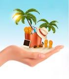 Spiaggia tropicale con le palme, una sedia di spiaggia e una valigia Immagini Stock