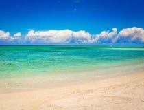 Spiaggia tropicale del Sandy Bello paesaggio fotografia stock
