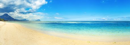 Spiaggia tropicale del Sandy Bello paesaggio Panorama fotografia stock libera da diritti