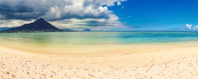 Spiaggia tropicale del Sandy Bello paesaggio Panorama immagine stock libera da diritti