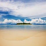 Spiaggia tropicale dell'isola con il cielo perfetto Fotografie Stock