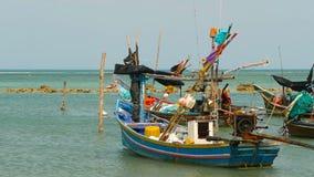 Spiaggia tropicale dell'oceano, peschereccio variopinto tradizionale di legno attraccato Vista sul mare vicino al povero villaggi archivi video