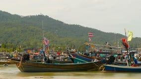 Spiaggia tropicale dell'oceano, peschereccio variopinto tradizionale di legno attraccato Vista sul mare vicino al povero villaggi video d archivio