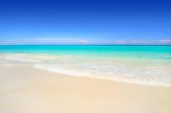 Spiaggia tropicale della sabbia bianca idillica Fotografia Stock Libera da Diritti