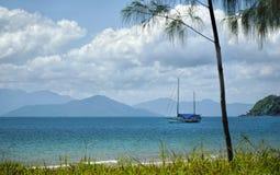 Spiaggia tropicale di missione con acque del turchese Fotografie Stock Libere da Diritti