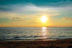 Spiaggia tropicale di tramonto Bello fondo immagine stock libera da diritti