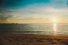 Spiaggia tropicale di tramonto Bello fondo immagini stock