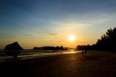 Spiaggia tropicale di tramonto della siluetta Immagini Stock Libere da Diritti