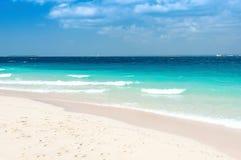 Spiaggia tropicale di Zanzibar ed isola marina di Pange - Oceano Indiano - l'Africa fotografie stock