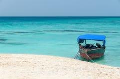 Spiaggia tropicale di Zanzibar ed isola marina di Pange - Oceano Indiano - l'Africa fotografia stock libera da diritti