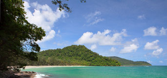 Spiaggia tropicale ed isola lontana Fotografie Stock