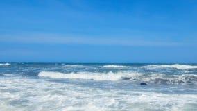 Spiaggia tropicale idilliaca del turchese della spiaggia del mare in mare caraibico con la riva bianca della sabbia stock footage