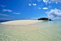 Spiaggia tropicale idilliaca ed a distanza Fotografia Stock Libera da Diritti