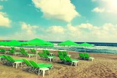 Spiaggia tropicale, mare caldo ed ombrelli verdi Immagini Stock Libere da Diritti
