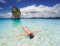 Spiaggia tropicale, navigante usando una presa d'aria Immagini Stock